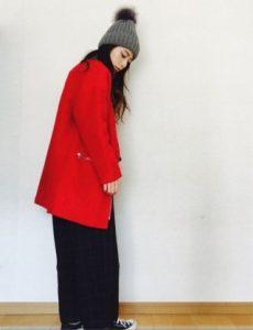 赤いコートを着たおしゃれな女性